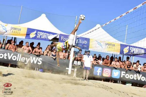 I migliori giocatori di footvolley si sfidano al bagno Figli del Sole