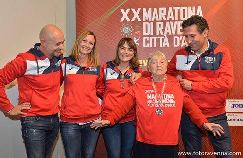 Premiata la «nonnina della maratona» che con i suoi cinque ai runner è diventata famosa in tutto il mondo