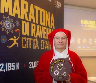 Omaggio a Dante Alighieri con la nuova medaglia della maratona di Ravenna