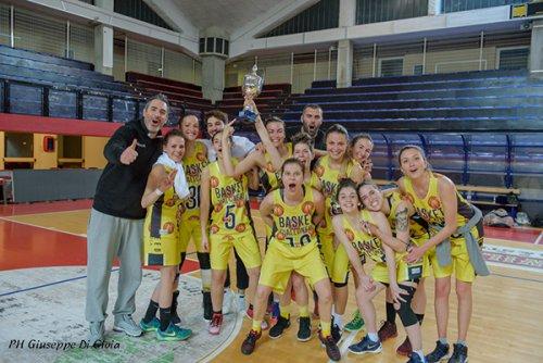 Le ragazze del basket giallo-nero Imola alzano la Coppa Silver Csi Open Femminile