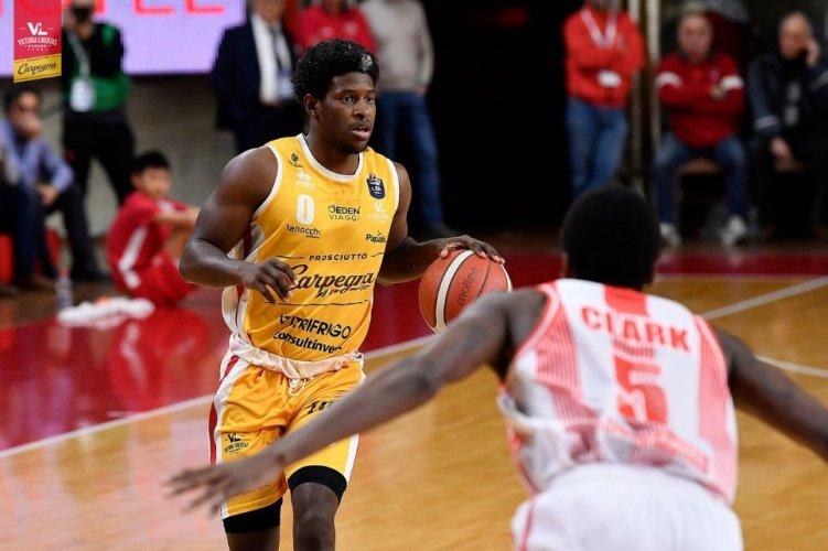 Carpegna Prosciutto Basket Pesaro bella per tre quarti a Varese