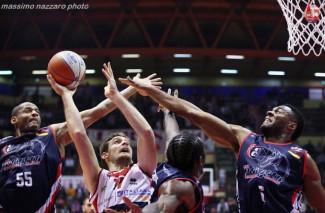L'Unieuro festeggia il rientro di Oxilia e la quarta vittoria di fila: Piacenza battuta 81-67 .