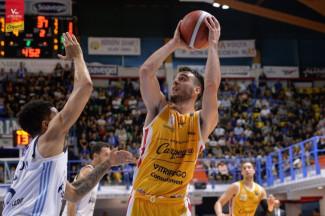 Per la Carpegna Prosciutto Basket Pesaro passi avanti nella trasferta di Brindisi .
