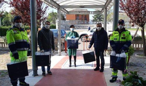 Camici alla RSA e mascherine ai commercianti donate dall'Urbis Salvia e dalle associazioni di Urbisaglia