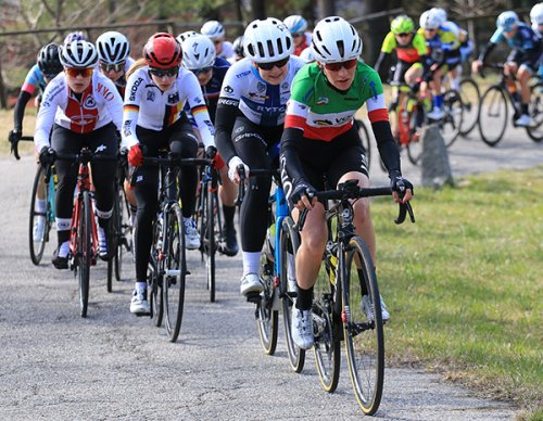 Francesca Barale (VO2 Team Pink) brinda nel Piccolo Trofeo Binda a Cittiglio