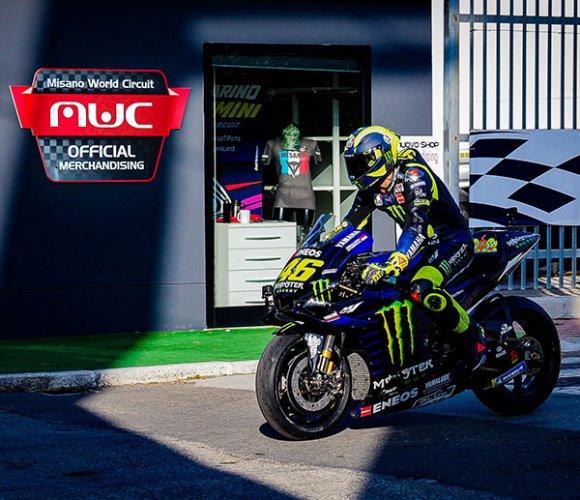 Valentino Rossi con la sua Yamaha M1 a passeggio nella Riders' land
