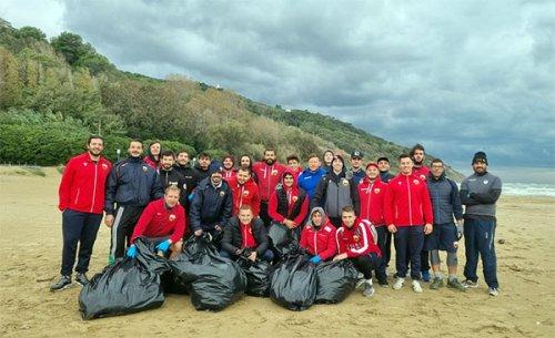 La Fiorini Rugby Pesaro pulisce la spiaggia di Baia Flaminia