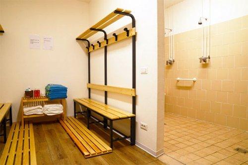 Si agli spogliatoi e alle docce in zona gialla e bianca